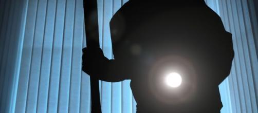Lecce, ladro in casa di una 83enne: lei si sente male e lui la aiuta