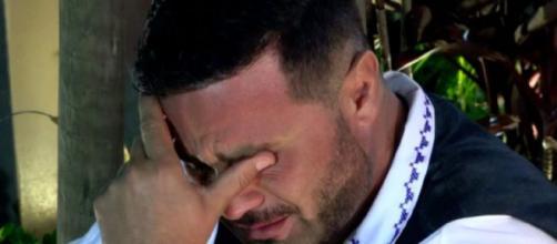 Rodrigo sai de festa e chora. (Reprodução/Record TV)