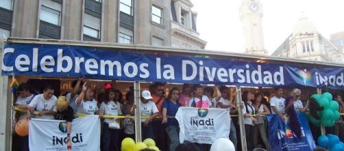Manifestantes reivindican sus derechos en el camión de Inadi durante la marcha