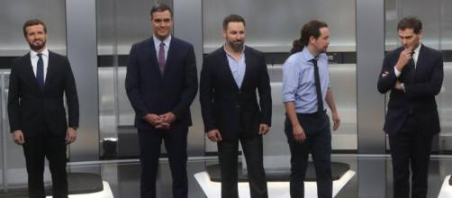 Casado, Sánchez, Abascal, Iglesias y Rivera, antes de comenzar el debate. / El País