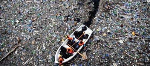Polemiche per la nuova tassa sulla plastica.