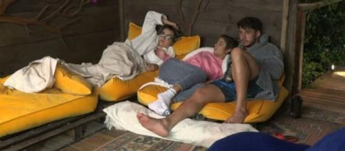 Lucas e Hariany pediram para Thayse parar de insistir em falar sobre namoro deles. (Reprodução/Record TV)