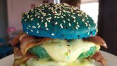 Dono de lanchonete cria hambúrguer inspirado no meme caneta azul