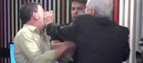 Augusto Nunes agride Glenn Greenwald após ser chamado de 'covarde'. (Reprodução/Jovem Pan)