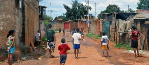 Brasil tem o pior desempenho nos últimos anos com aumento da população vivendo na miséria (Arquivo Blasting News)