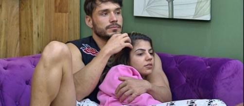 Hariany e Lucas se beijam, mas ela nega que tenham voltado. (Reprodução/Record TV)