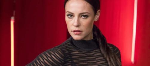 Personagem de Paolla Oliveira, em 'A Dona do Pedaço', concedeu entrevista como Vivi. (Arquivo Blasting News)