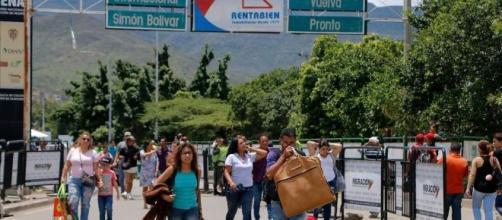 Venezolanos cruzan la frontera con Colombia en Cúcuta. / AFP