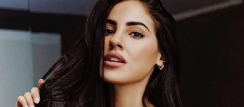 Giulia De Lellis posa in lingerie su Instagram e qualcuno la attacca: 'Basta Photoshop, non sei così alta'.