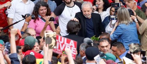 Inácio Lula saluta la folla dei suoi sostenitori