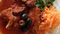 Il cinghiale in padella al sugo di pomodoro: un piatto alla portata di tutti