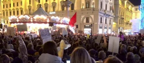 La bandiera rossa comparsa durante la manifestazione delle sardine a Firenze