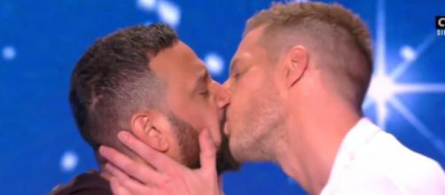 Cyril Hanouna et Matthieu Delormeau se sont embrassés sur le plateau de TPMP. Credit: Capture d'écran C8