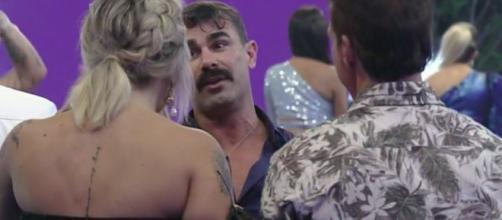 Jorge conversa com Tati Dias durante festa de despedida de 'A Fazenda 11'. (Reprodução/PlayPlus)