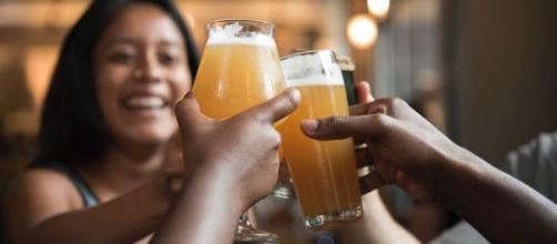 L'alcool aiderait à mieux parler une langue étrangère, selon une recherche. Credit: Pexels/Elevate