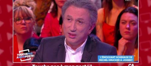 Michel Drucker sur le plateau de TPMP s'est rappelé de son hommage à Johnny Hallyday et l'émotion l'a repris. Credit: Capture d'écran/C8