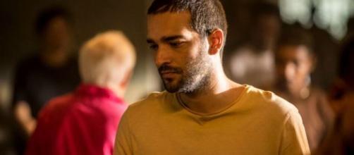 Nos próximos capítulos da novela 'Amor de Mãe', Sandro/Domênico se envolve em assalto logo após deixar a cadeia. (Reprodução/TV Globo)