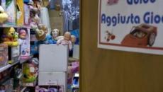 Pensionato di Ostia aggiusta i giocattoli per donarli ai bambini poveri a Natale