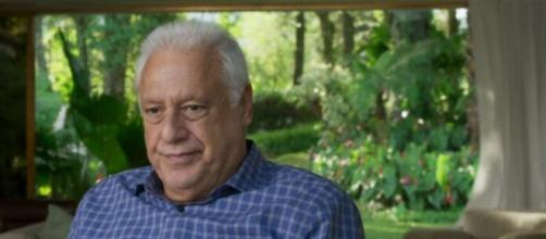 Alberto vive um constante drama com sua saúde em 'Bom Sucesso'. (Reprodução/TV Globo).