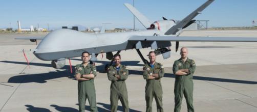 La primera tripulación de Predator posa junto a su avión durante su instrucción en los EEUU