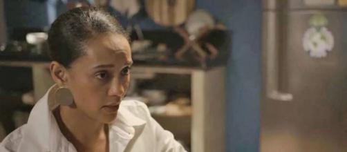 Vitória roubará cabelo de Sandro para fazer DNA. (Reprodução/TV Globo)
