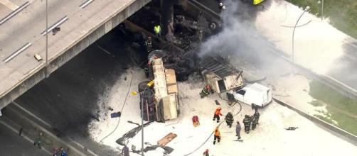 Caminhão explodiu após a queda. (Reprodução/GloboNews)