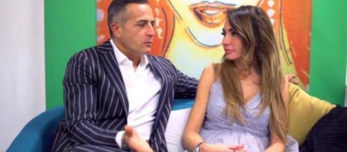 Riccardo Guarnieri e Ida Platano: lui le rimette al dito l'anello della proposta di nozze.