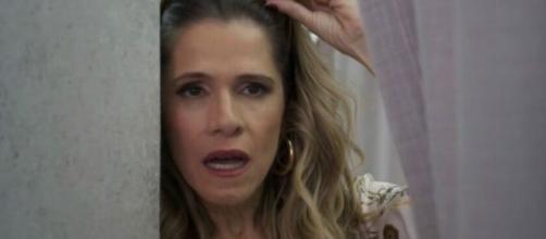 Silvana vai se deparar com Diogo só de roupa íntima no quarto. (Reprodução/TV Globo)