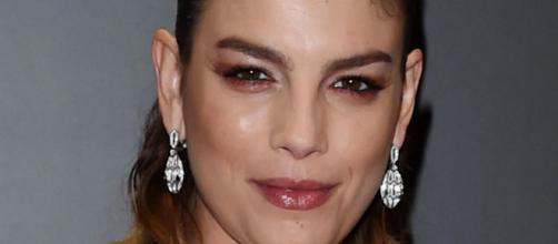Emma Marrone smentisce tutti i gossip con ironia: 'Sono la più single d'Italia'.