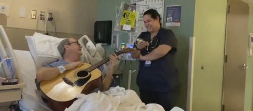 "Oncology nurse sings a duet of ""O Holy Night"" with a cancer patient. {Image Knoxville News Sentinel /YouTube]"