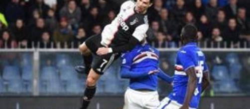 Cristiano Ronaldo segna di testa contro la Sampdoria