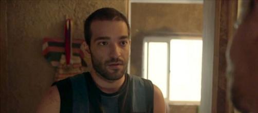 Sandro tem segredo exposto e passa por constrangimento. (Reprodução/TV Globo)