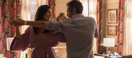 Thelma (Adriana Esteves) dança com Gabo (Filipe Duarte) em cena de Amor de Mãe, da Globo. (Reprodução/TV Globo)