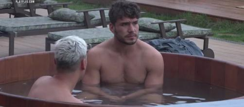 Viny conversa com Lucas no ofurô. (Reprodução/Playplus)