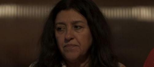Lurdes (Regina Casé) contará que matou o marido para confrontar ameaça. (Reprodução/TV Globo)