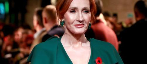 Acusan a la escritora J.K. Rowling de ser transfóbica