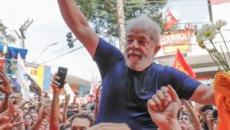 Ex-presidente Lula e Chico Buarque disputam partida de futebol em São Paulo
