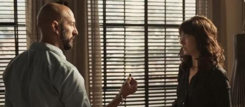 Álvaro (Irandhir Santos) flagrou Amanda (Camila Márdila) com uma escuta em seu escritório no capítulo do dia 19. (Reprodução/TV Globo)