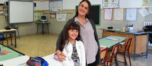 Bianca (Sofia Piccirillo) assieme alla sua maestra Maria Grazia Gagliardi (Tiziana Bagatella)