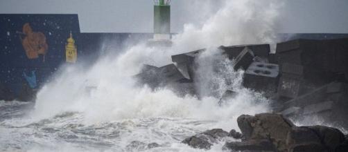 Mar revolto em A Guarda, no noroeste da Espanha, após passagem de tempestade neste sábado (21). (Miguel Riopa/AFP)