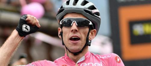 Simon Yates in maglia rosa al Giro d'Italia dello scorso anno