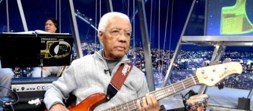 Ubirajara Penacho dos Reis, o Bira, foi baixista do sexteto musical do 'Programa do Jô'. (Arquivo Blasting News)