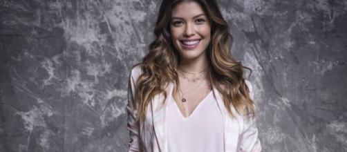 """Vitória Strada posa nos bastidores da Globo com a caracterização de sua personagem em """"Salve-se Quem Puder"""". (Reprodução/TV Globo)"""