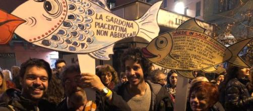 Il flash mob delle sardine a Milano
