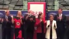 Ue, Paolo Gentiloni e Commissari Europei cantano Bella Ciao, Fusaro: 'Partigiano portali via'
