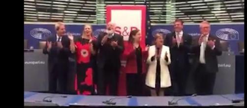 Gentiloni e altri Commissari Ue cantano Bella Ciao