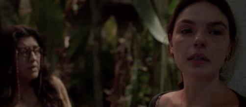 Lurdes (Regina Casé) em cena com Betina (Isis Valverde); enfermeira será agredida nos próximos capítulos. (Reprodução/TV Globo)