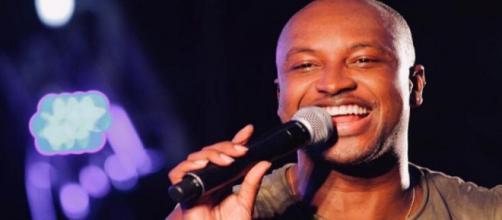 Thiaguinho chora ao cantar musica feita para Fernanda Souza. (Arquivo Blasting News))