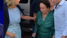 Mãe de Gugu Liberato é amparada por amigos e familiares em missa de sétimo dia