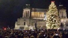Piazza Venezia si accende dei colori del Natale: è tornato Spelacchio